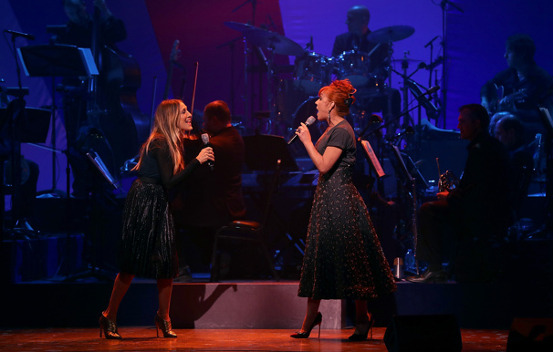 "A perfect double act! Sarah Jessica Parker and Andrea McArdle unite for Annie's ""Tomorrow.""(Photo: Justin Sullivan/Getty Images)"